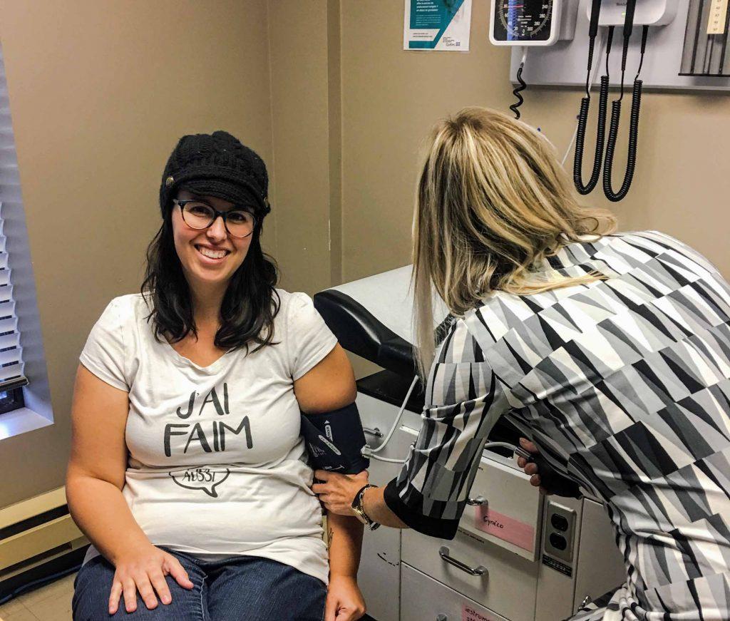 Annie Durand, infirmière clinicienne, reçoit une première cliente, Sarah Gauvin, à la clinique prénatale du CLSC du Centre-ville-de-Saint-Jérôme.