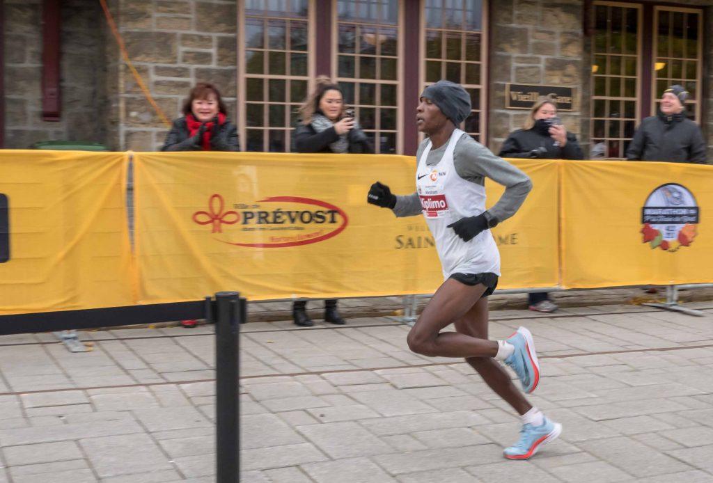 Abraham Kiplimo a réussi le meilleur temps au marathon, franchissant la distance de 42 kilomètres en 2h14m19s.
