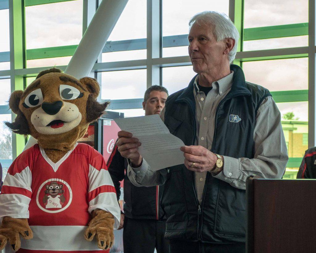 Fernand Meloche, représentant de Hockey Québec, était présent pour remettre une plaque de reconnaissance aux organisateurs du tournoi afin de souligner quatre décennies de participation.