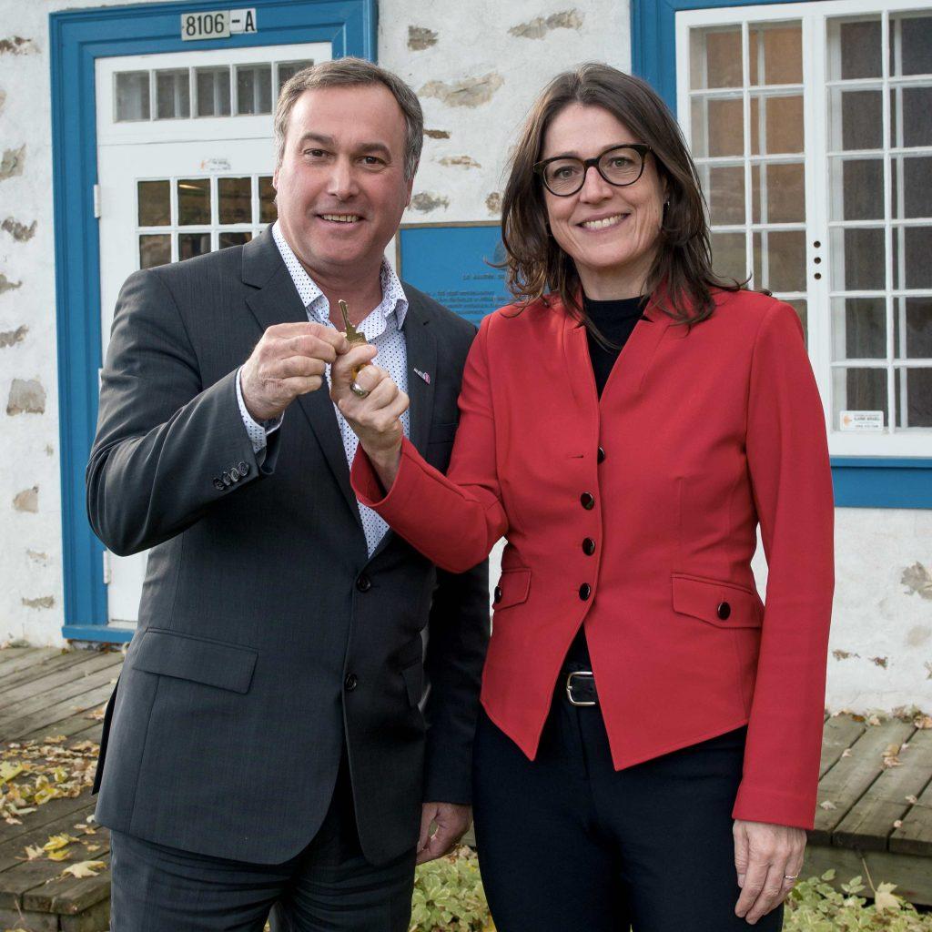 La directrice générale du Cégep de Saint-Jérôme, Nadine LeGal, remet symboliquement la clé du Manoir au maire de Mirabel Jean Bouchard.