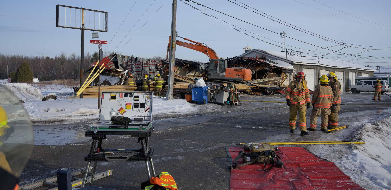 Dès 10h, l'incendie était maîtrisé. Les commerces voisins, situés dans l'édifice connexe qu'on aperçoit à droite de la photo, ont pu reprendre leurs activités le jour même.