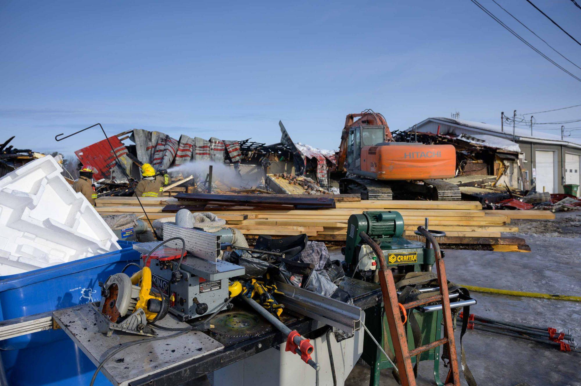 Les pompiers ont réussi à extraire une bonne partie des équipements d'ébénisterie de l'occupant de l'édifice ainsi qu'une certaine quantité de bois.