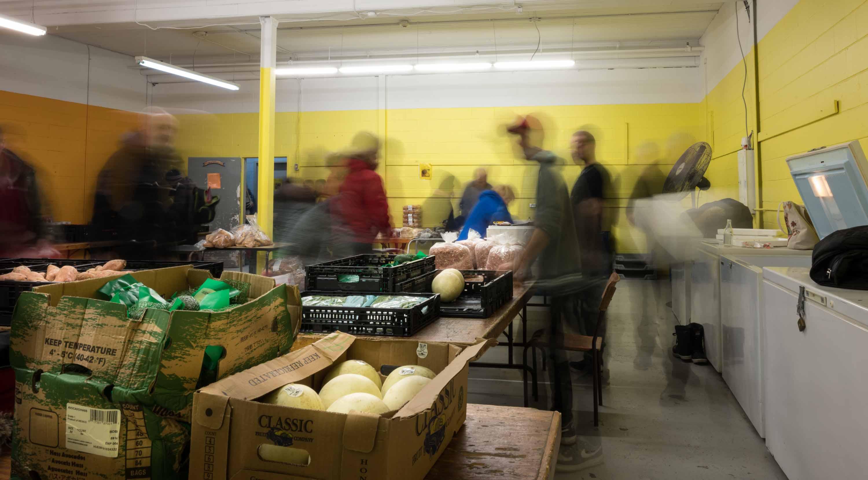 Chaque semaine, l'aide alimentaire du sous-sol de la cathédrale fournit des denrées à plus de 200 individus ou familles dans le besoin.