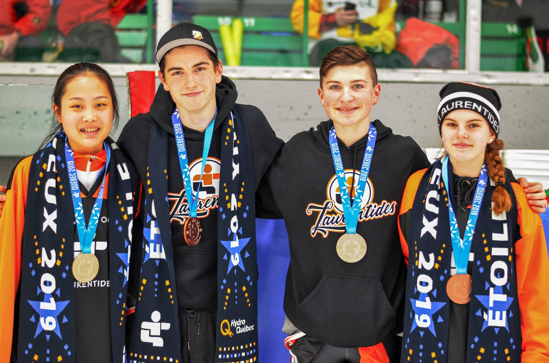 Médaillés en patinage de vitesse courte piste, de gauche à droite, Ayisha Miao Qi de Blainville, médaille d'or au 1500m chez les 12 ans, Samuel Fortin de Prévost, médaille de bronze au 1500m chez les 14 ans, Nathan Vallière de Sainte-Marthe-sur-le-Lac, médaille d'or au 1500m chez les 13 ans, et Delphine Renaud de Mirabel, médaille de bronze au 1500m chez les 14 ans. Photo Anh Dien Huynh.