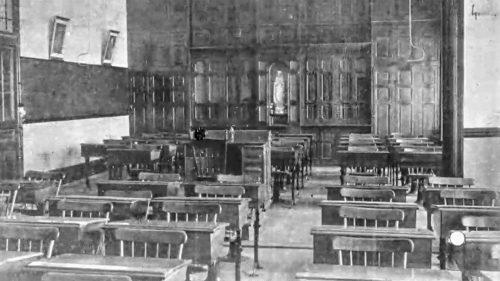 Une salle de classe à l'époque des Soeurs de sainte Anne, bien différentes de celles du cégep d'aujourd'hui.
