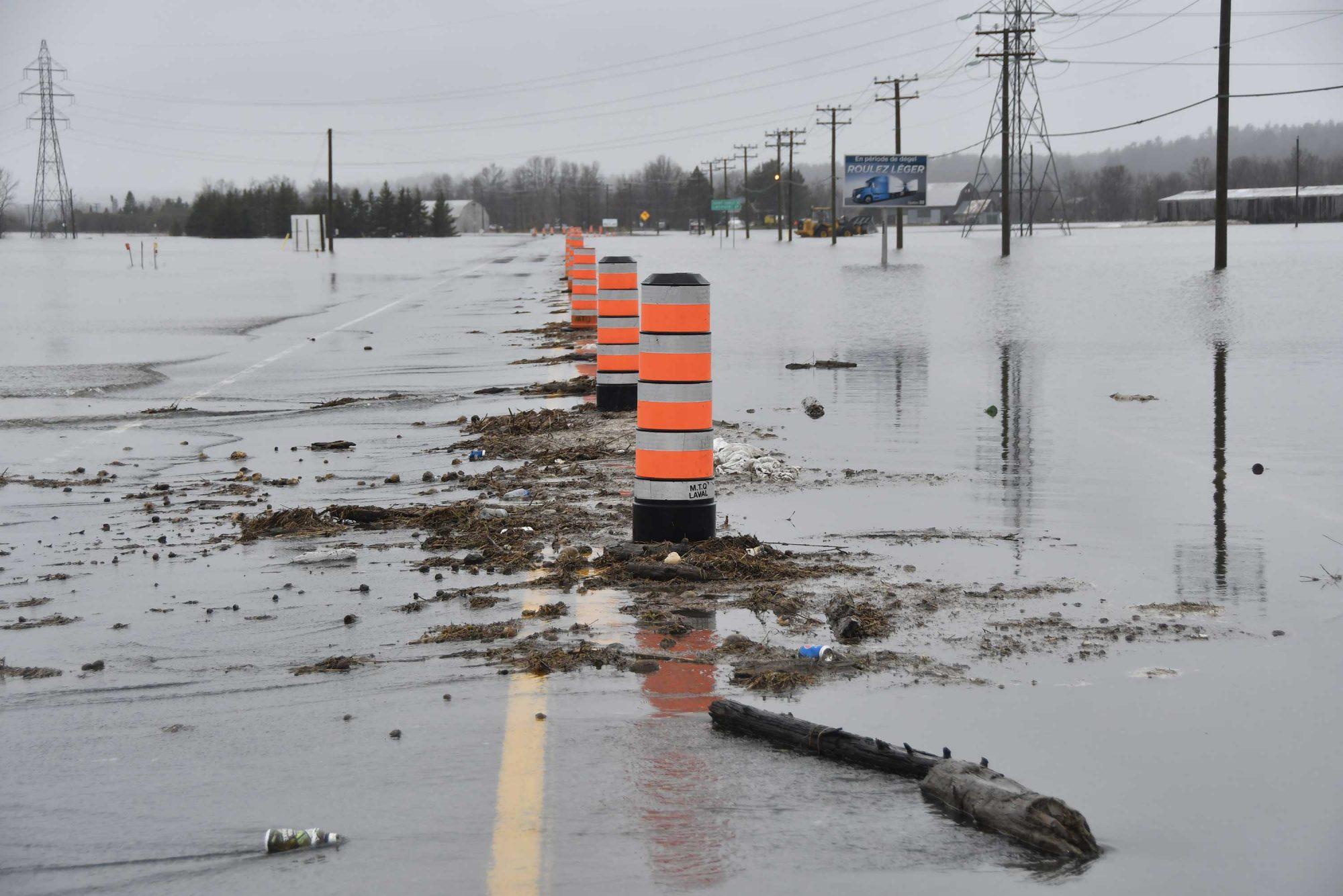 La route 158 a été fermée à la circulation dans le secteur de Mirabel dans la nuit du 24 avril 2019. Photo Alain St-Jean