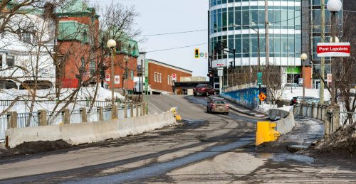 Le pont Lapointe. La voie qui mène vers l'ouest, à gauche sur la photo, est devenue quasi-inutilisable de sorte que la majorité des conducteurs empruntent le côté opposé à contresens.