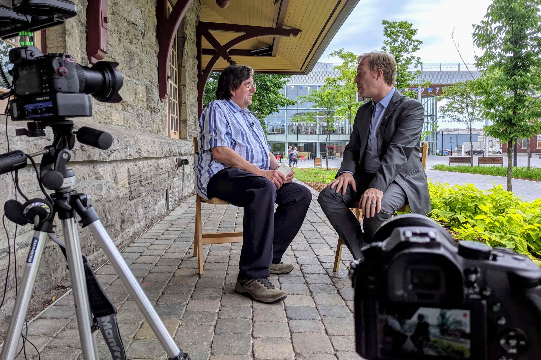 Charles Michaud et Youri Chassin lors d'un entretien à proximité de la Vieille-Gare de Saint-Jérôme, le 26 juin 2019.