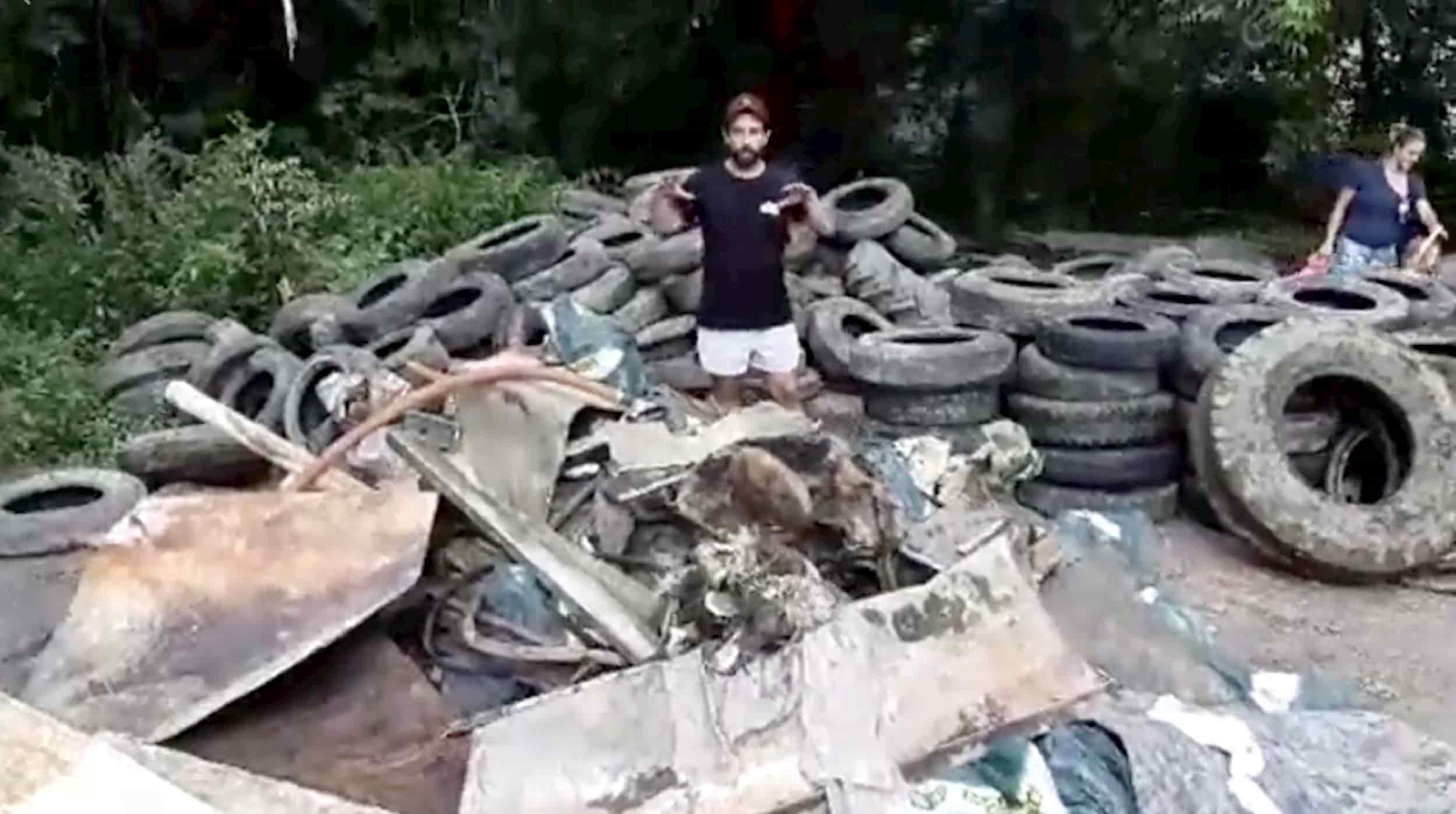 Benoit Girouard de Gym X pose devant le résultat du deuxième nettoyage annuel de la rivière du Nord, appelé D'un X à l'autre, le 17 août 2019. Image tirée d'une vidéo Facebook.