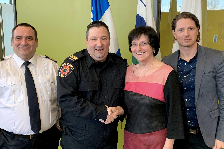Le nouveau directeur du Service de sécurité incendie Pascal Grenier, le nouveau capitaine aux opérations Éric Corbeil, la mairesse de Sainte-Sophie Louise Gallant et le directeur général Matthieu Ledoux.