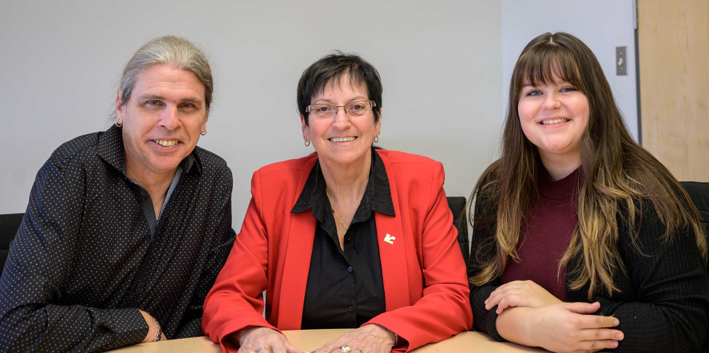 Justin Boulet, la mairesse Louise Gallant et Émilie Moreau étaient fiers d'annoncer le concours de chant « Dtar Sainte-SOphine » pour les 12-17 ans.