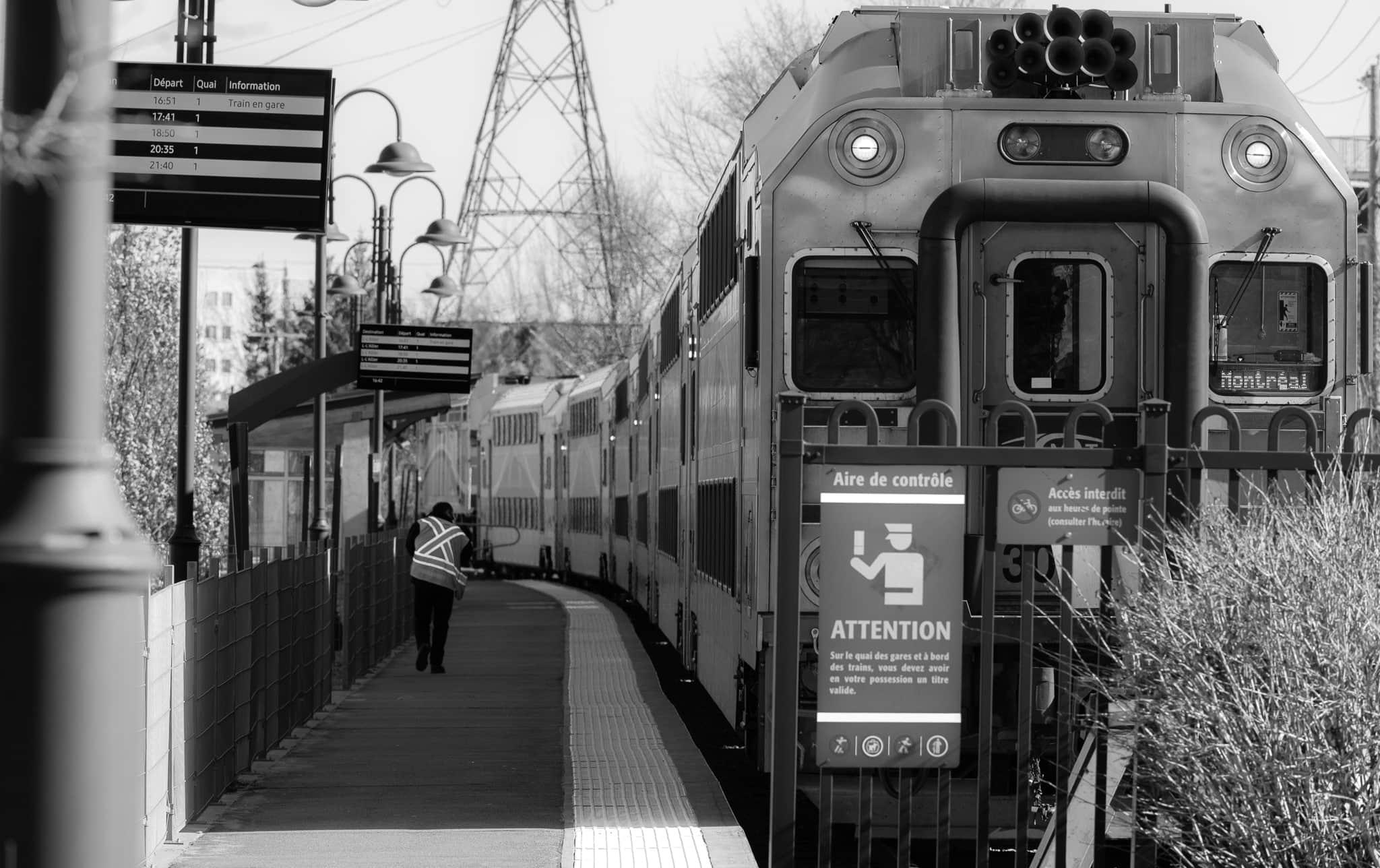 Avec les gens qui craignent la contagion, les nombreux arrêtes de travail et la congestion routière presque nulle, le train de banlieue est pas mal déserté.