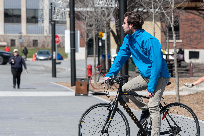 Marc-Olivier Neveu, à vélo au centre-ville de Saint-Jérôme.