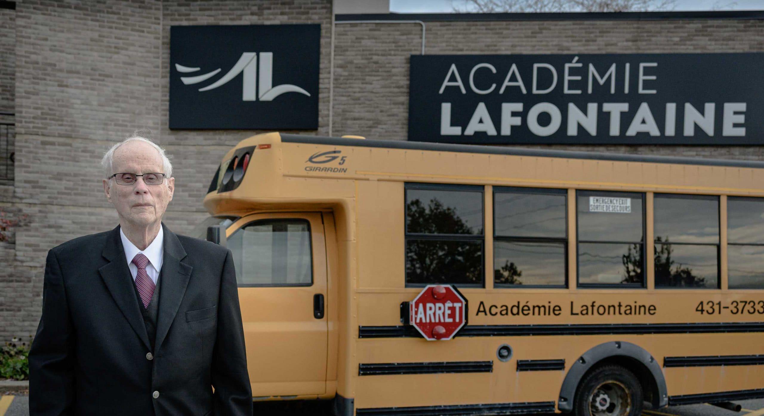 Yvon Robert devant l'Académie Lafontaine, située sur le boulevard Maurice à Saint-Jérôme.