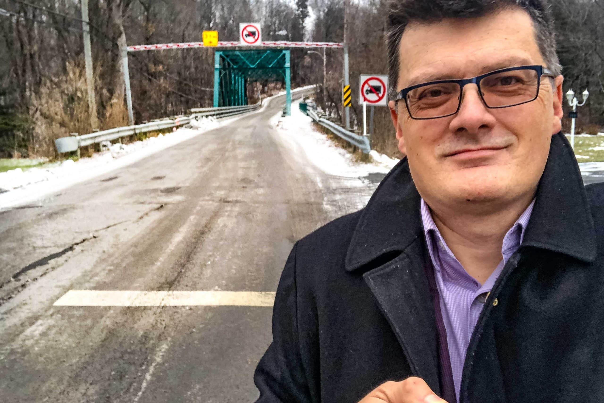 Le maire Paul Germain aimerait bien trouver une solution plus efficace pour empêcher les camions d'accrocher la structure du pont Shaw.