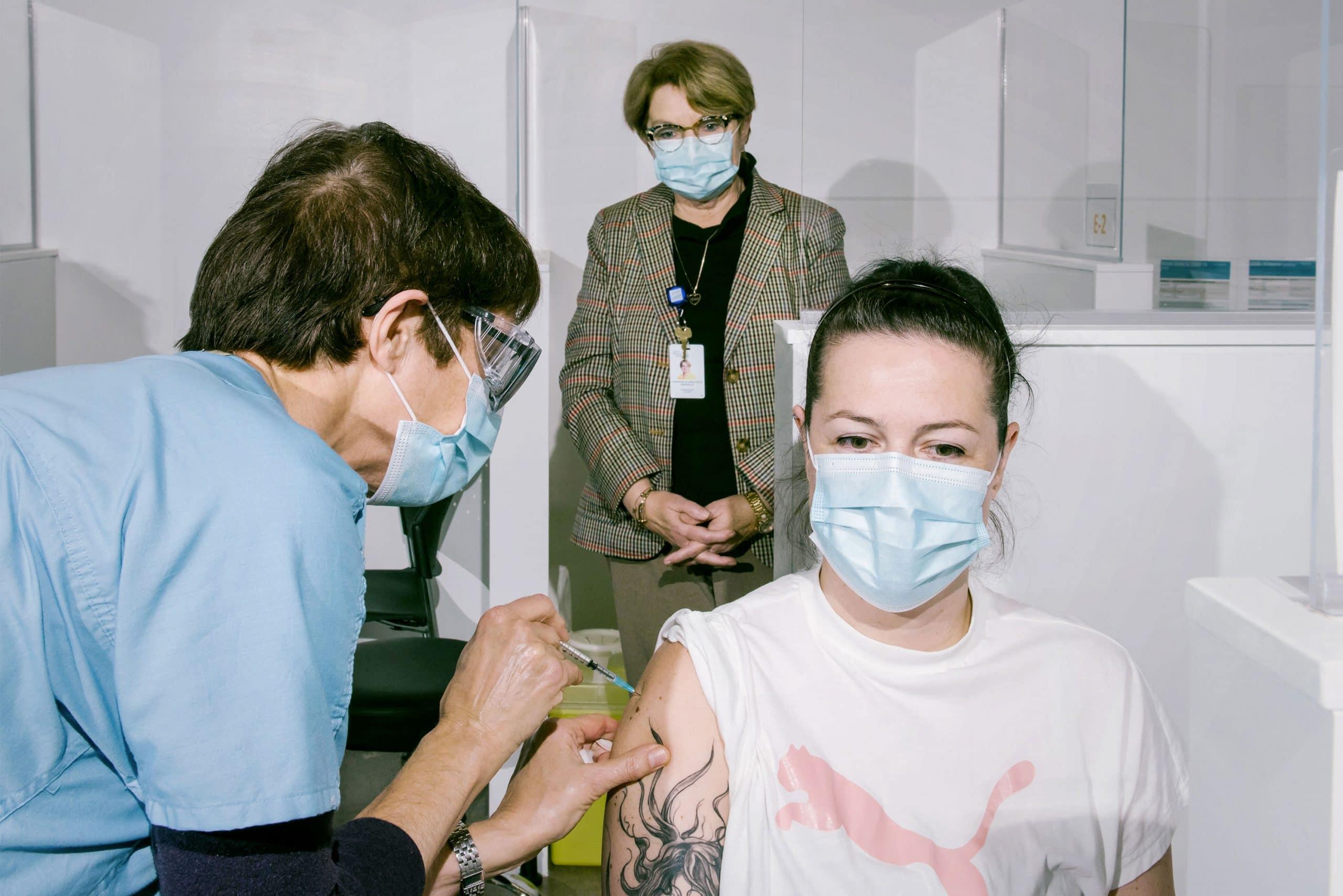 Le CISSS des Laurentides est heureux de vous partager les premiers moments capturés lors du début de la vaccination dans la région des Laurentides. Sur la photo, vous apercevez Mme Julie Painchaud, infirmière auxiliaire au Centre d'hébergement Hubert-Maisonneuve première personne vaccinée dans les Laurentides par Mme Nancy Hogue, infirmière clinicienne à la vaccination contre la Covid-19 Madame Rosemonde Landry, présidente-directrice générale du CISSS des Laurentides a tenu à sortir quelques instants de son travail à domicile afin d'assister à ce moment important et ainsi témoigner tout son soutien aux équipes en charge de la vaccination.